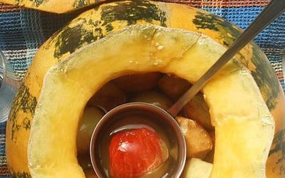 Маринованная тыква с овощами и фруктами.